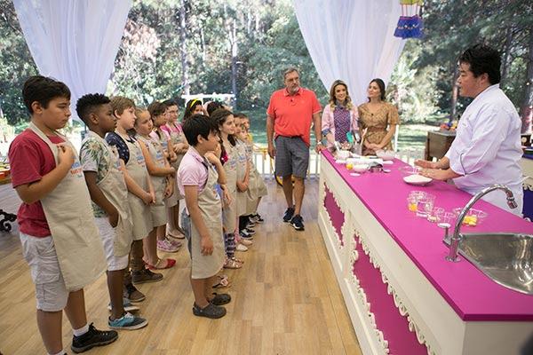 Os 14 pequenos confeiteiros ouvem atentos a aula do chef Roberto Shimura