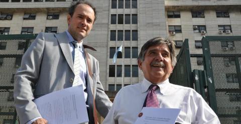 Abogados entrando a los tribunales de Comodoro Py, en Buenos Aires