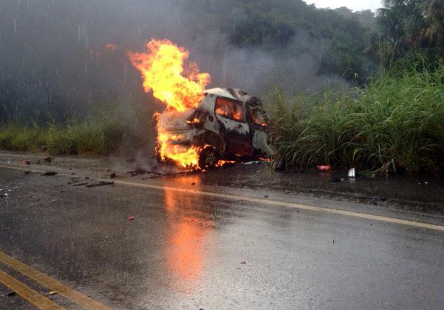 Carro pega fogo após acidente na rodovia GO-080, na região central de Goiás; sete pessoas morreram