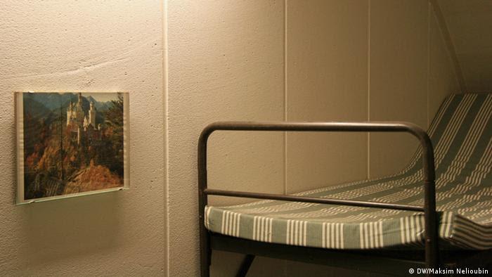 Двухъярусная кровать и фотография баварского замка Нойшванштайн
