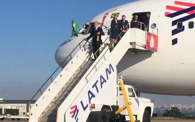 Carlos Arthur Nuzman desce do avião com a chama olímpica em mãos