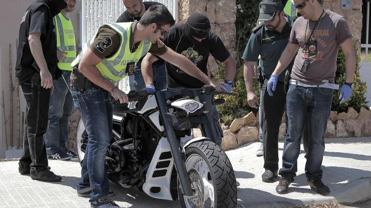 STORE BESLAG: Spansk politi har tatt beslag av store pengebeløp, narkotika - i tillegg til luksusbiler, motorsykler og andre verdisaker. Foto: AP Photo/NTB Scanpix