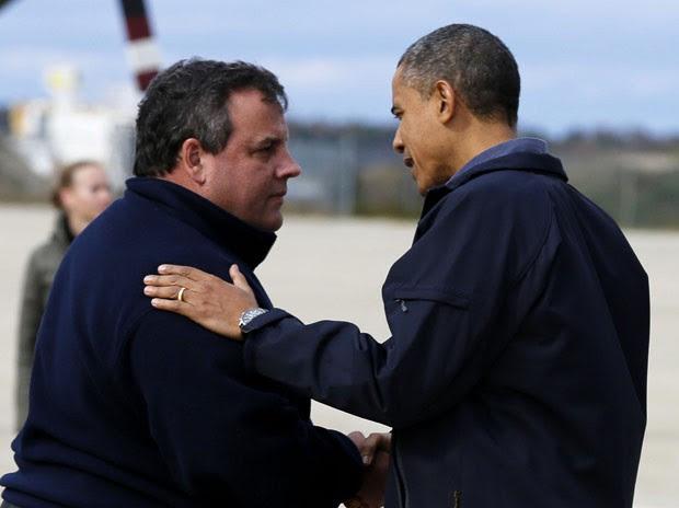 O governador de Nova Jersey, Chris Christie, recebe o presidente Barack Obama nesta quarta-feira (31) em Atlantic City (Foto: AP)