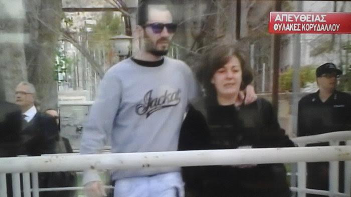 Η μάνα του Παύλου Φύσσα προσέρχεται στον Κορυδαλλό για τη δίκη