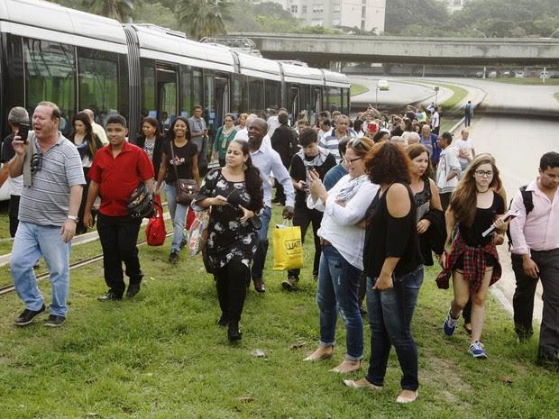 Passageiros reclamam após o VLT, Veículo Leve Sobre Trilhos, enguiçar no primeiro dia útil de funcionamento no Rio de Janeiro. As pessoas a bordo tiveram que desembarcar a 50 metros da chegada à estação do Aerporto Santos Dumont (Foto: Estefan Radovicz/Agência O Dia/Estadão Conteúdo)