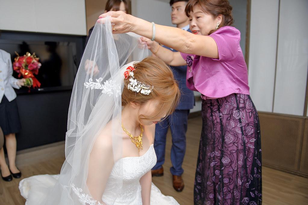 096女方主婚人將新娘頭紗蓋下