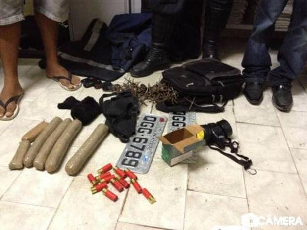 Bananas de dinamite, munições de grosso calibre, um mapa, coletes à prova de bala, duas placas frias de carro e grampos de metal foram encontrados dentro de uma casa (Foto: Marcelino Neto/O Câmera)