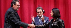 Cleries i Guiteres es donen la mà de Mas després de la signatura del Pla