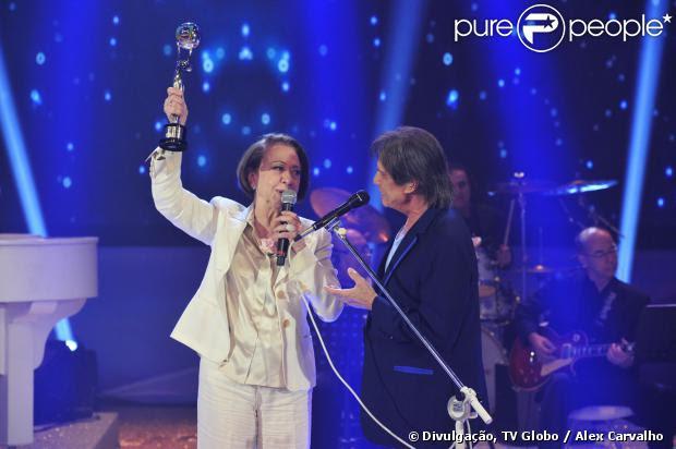 Fernanda Montenegro recebe o Troféu Mário Lago das mãos de Roberto Carlos, no 'Domingão do Faustão', em 14 de dezembro de 2013