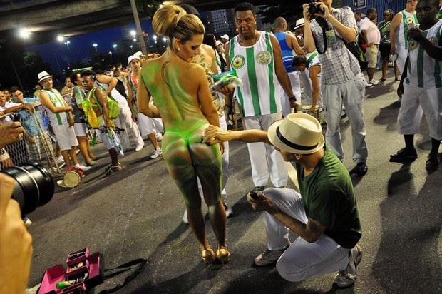Denise Rocha com o corpo pintado (Foto: Roberto Teixeira/EGO)