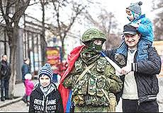Abitanti della Crimea fraternizzano col contingente russo