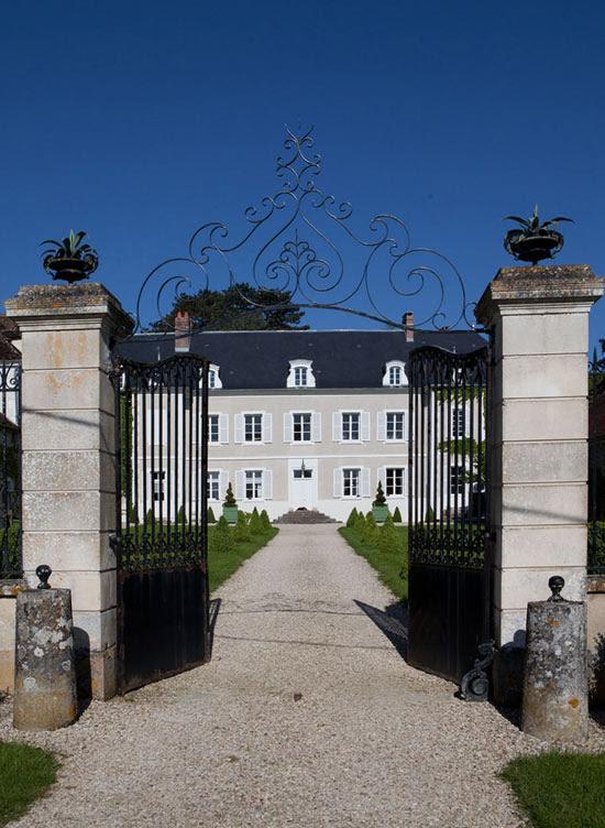 Châteaux De La Resle: Antique Castle With Colorful Interiors ...