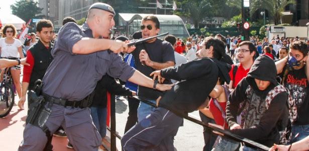 Policial militar reprime manifestante contrário ao deputado federal Jair Bolsonaro (PSC-RJ) na avenida Paulista, em São Paulo