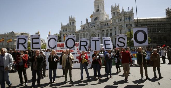 Varias personas componen con sus pancartas la frase 'RECORTES 0' durante la manifestación convocada por UGT y CCOO con motivo del Primero de Mayo. EFE/Paco Campos
