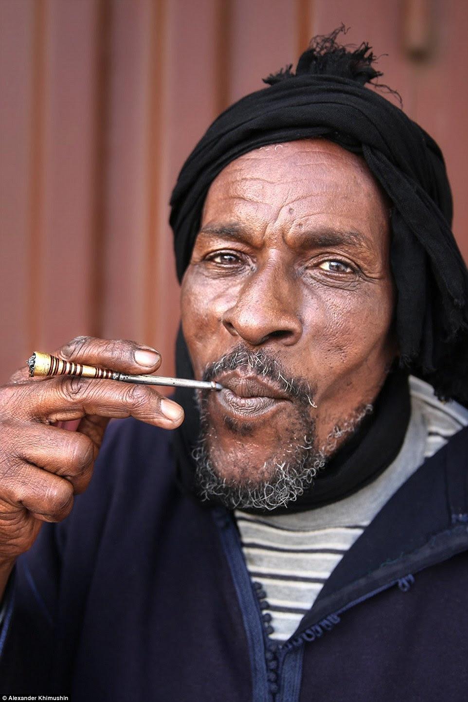 Sakhrawi homem fuma o cachimbo na fotografia incrivelmente detalhado que mostra a barba grisalhos e olhos com alma