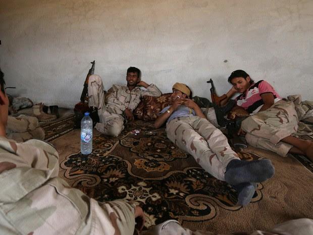 Soldados das Forças Democráticas da Síria descansam em casa na zona rural de Manbij, em Aleppo, na quarta-feira (15) (Foto: Rodi Said/Reuters)