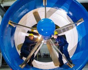Des employés de RER Hydro procèdent à l'inspection... (PHOTO FOURNIE PAR BOEING, ARCHIVES LA PRESSE) - image 1.0
