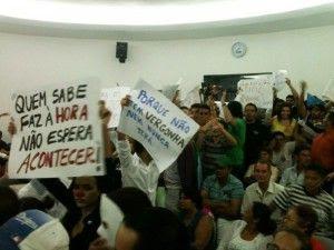 Manifestantes entraram na Câmara com cartazes e palavras de ordem