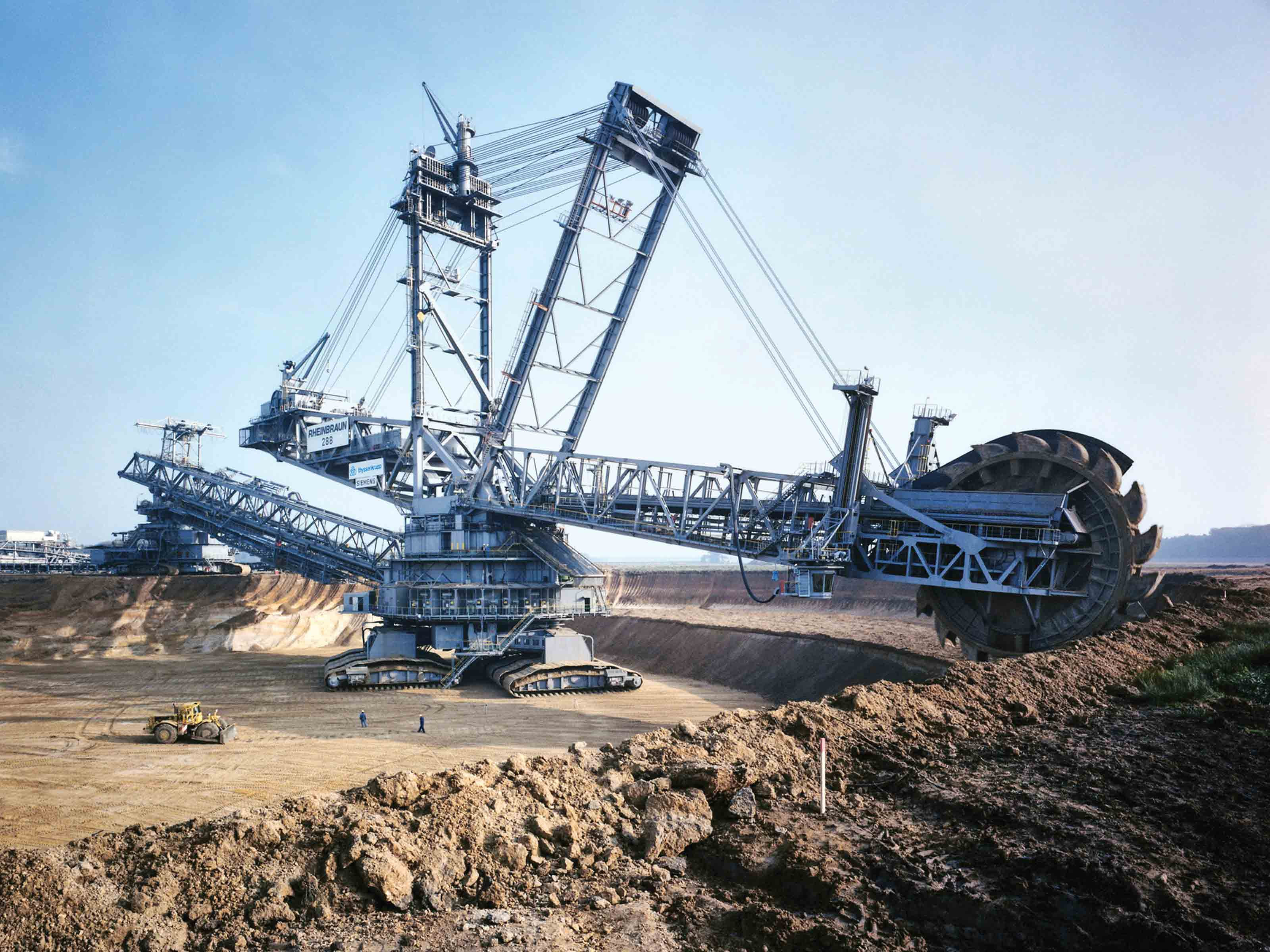 This Excavator Is One Of The Largest Land Vehicles On Earth Popular Science