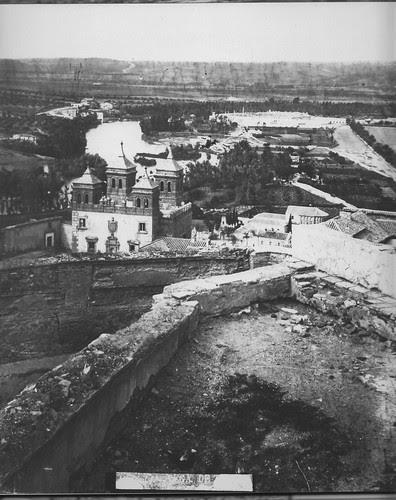 Puerta del Cambrón y Cristo de la Vega (Antigua Basílica de Santa Leocadia) en el siglo XIX. Foto Casiano Alguacil