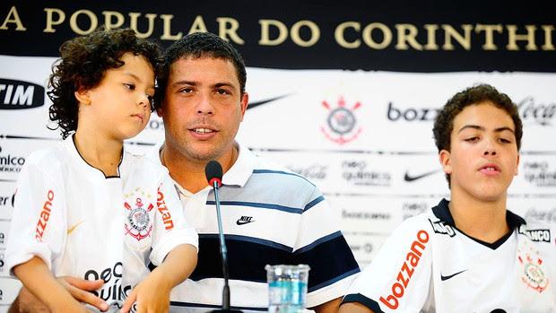 Ronaldo com os filhos na despedida do Corinthians (Foto: Marcos Ribolli / GLOBOESPORTE.COM)