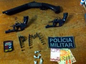 Armas, drogas e dinheiro foram apreendidos durante a operação em São José do Campestre  (Foto: Divulgação/Polícia Militar do RN)