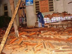 O telhado de uma casa caiu por causa dos abalos (Foto: Michelly Oda/G1)
