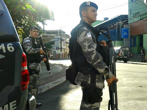 Policiais Militares participam de operação de combate ao crime no Complexo da Penha em Vitória, no Espírito Santo.  (Foto: André Falcão/TV Gazeta)