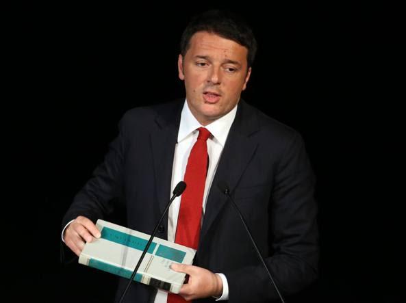 Matteo Renzi mostra un volume de «I Quindici»,  enciclopedia per bambini (Fotogramma)