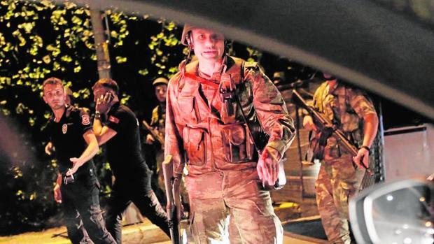 Las Fuerzas Armadas turcas aseguran que han tomado el poder
