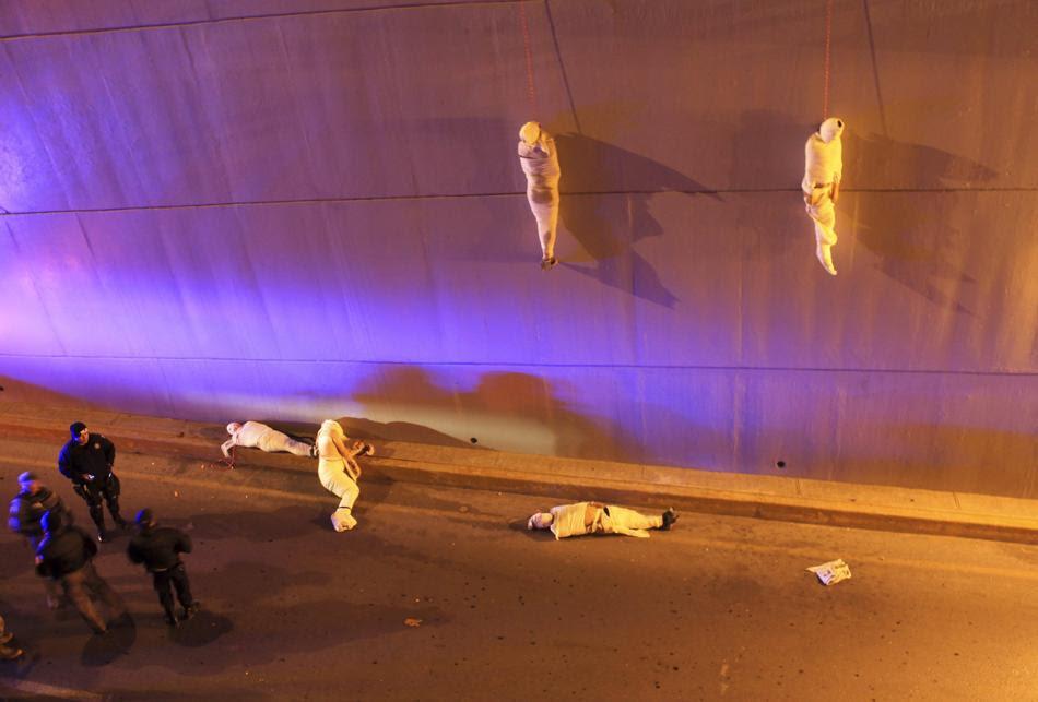 Πτώματα κρέμονται από γέφυρα στη πόλη Saltillo του Μεξικό. Πρόκειται για  ξεκαθάρισμα λογαριασμών μεταξύ συμμοριών ναρκωτικών (REUTERS / Stringer)