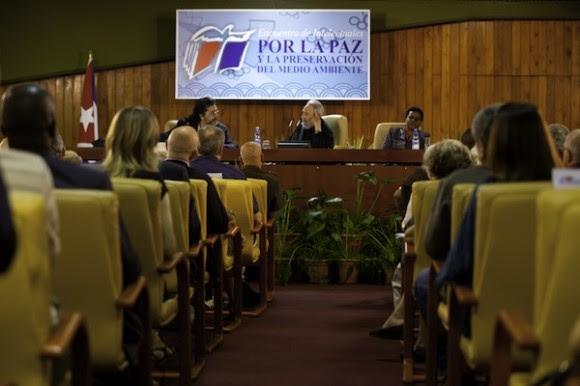 Fidel con intelectuales. Foto: Roberto Chile/Cubadebate