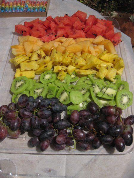 מגש פירות חתוכים בשלל צבעי הקשת