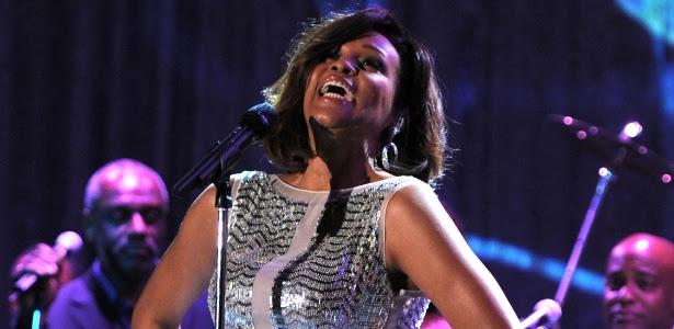 Whitney Houston se apresenta em festa do Grammy em um hotel de Beverly Hills (12/2/11)