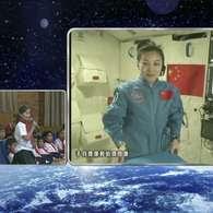 """Astronauta chinesa dá """"aula no espaço"""" para 60 mi de crianças do país."""