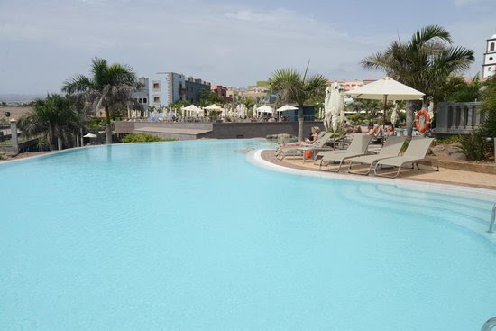 The salt water pool (small but invigorating!) - Picture of Lopesan ...