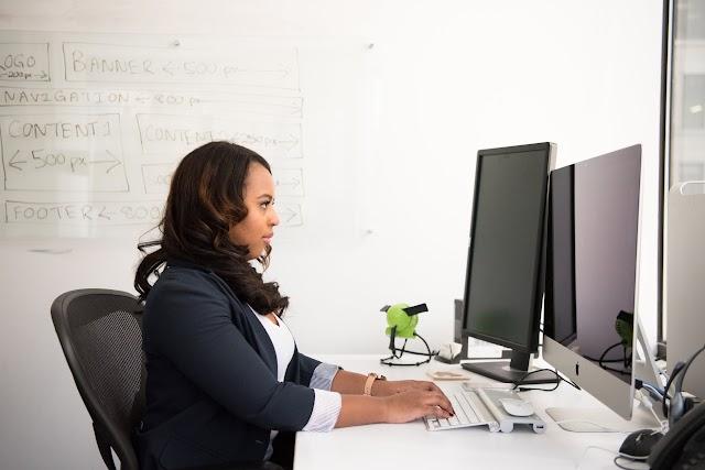 Postura correcta para trabajar de manera adecuada frente a la computadora