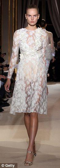 Coquetel: Assim como full-length vestidos de baile, o Sr. Valli também foi projetado vestidos na altura do joelho cocktail romântico com sobreposições de rendas sedutora, bem como flores de seda bordado misturado com babados e plissados