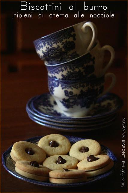 biscottini ripieni di crema alle nocciole
