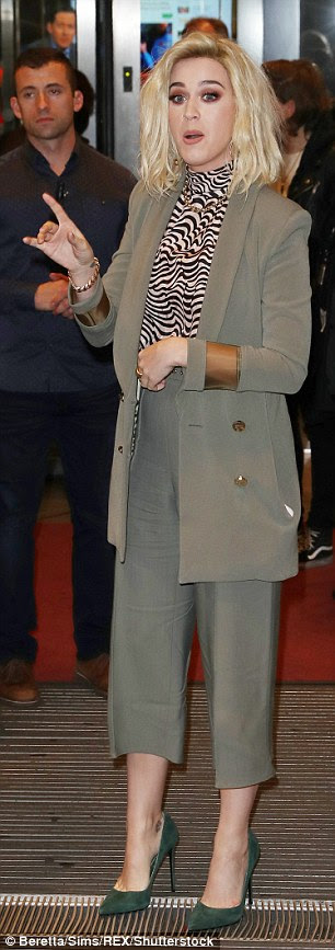 Simplesmente elegante: A beleza recém-loira sutilmente ostentou seu quadro magro nos culottes de seda e blazer de linha longa - que caracterizou ombros afiados e botões de ouro de inspiração militar