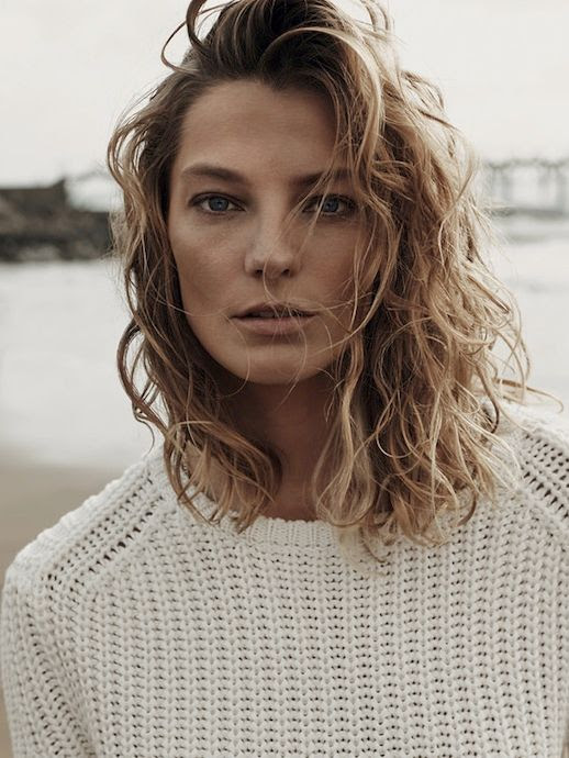 LE FASHION BLOG DARIA WERBOWY MANGO SPRING 2014 CAMPAIGN SEFFORTLESS COLLECTION SIDE PART BEACHY WAVES WAVY SHORT HAIR CUT TAN BRONZE NATURAL BEAUTY WHITE KNIT SWEATER 1 photo LEFASHIONBLOGDARIAWERBOWYMANGOSPRING2014CAMPAIGN1.jpg