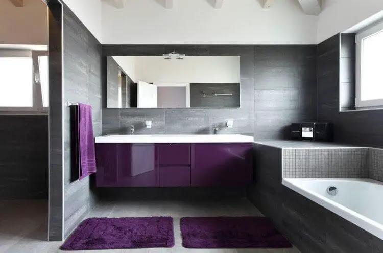 Cuarto de baño con muebles color Pantone Ultra Violet