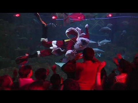 Fransa'nın başkenti Paris'te bir akvaryumda görülen Noel Baba, özellikle çocukların büyük ilgisini çekti