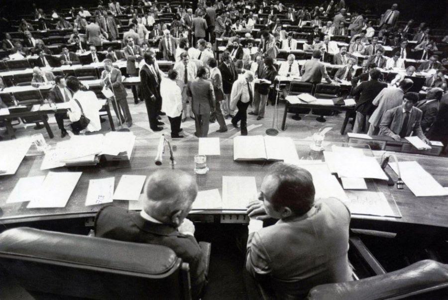 Ulysses Guimarães (PMDB-SP), presidente da Assembléia, e Bernardo Cabral (PMDB-AM), relator, conversam na mesa do plenário sobre a Constituinte, em 1988. 'O Brasil precisa de uma Constituição em que o povo seja o fundador, por votação direta, do governo e da lei', defendia o político