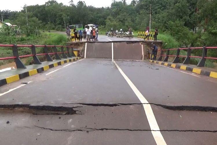 Jembatan Sungai Rungau, di Jalan Trans Kalimantan, Kabupaten Seruyan Kalimantan Tengah, ambruk, setelah diterjang hujan dan banjir, Sabtu (30/12/2017) dini hari.