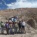 El grupo frente a la ladera con los petroglifos