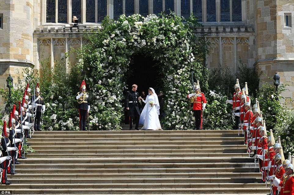 Harry y su nueva esposa Meghan se paran en los escalones fuera de St George's Chapel después de su boda real