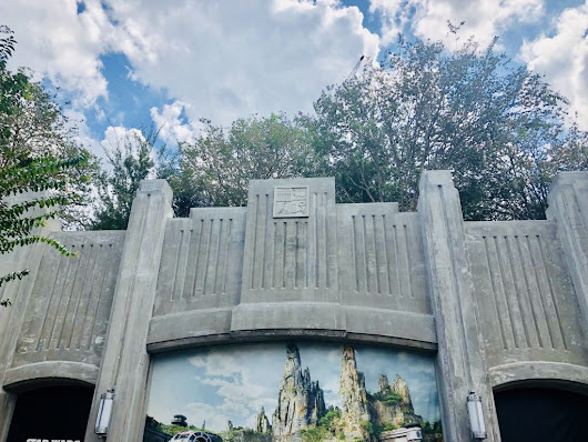 New Views of Star Wars Galaxy's Edge from Toy Story Land - Finding Debra