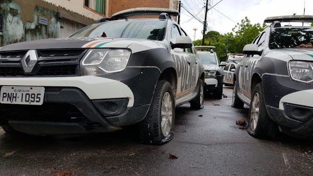 Grupo encapuzado invade Batalhões da polícia, leva carros e esvazia pneus no Ceará