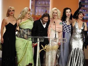 O diretor Mathieu Almaric recebem o prêmio de melhor direção  em Canne acompanhado do elenco de strippers do filme 'Tournée'